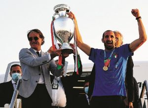 ROME, ITALY - JULY 12: Coach Roberto Mancini and captain  Giorgio Chiellini lift The Henri Delaunay Trophy after travelling back to Rome following the Euro 2020 victory on July 12, 2021 in Rome, Italy. (Photo by Claudio Villa/Getty Images)